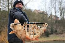 Mšenští rybáři prodávali kapry na hrázi.