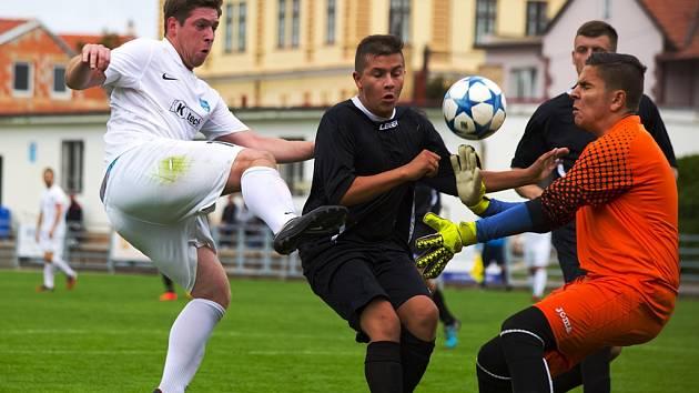 Ani snaha staroboleslavského Jana Vondry (v bílém), který se snažil protlačit míč mezi mělnickým Malinským a brankářem Horvátem, nevedla k úspěchu.