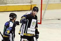 Boleslavští hokejisté slaví jeden z pěti gólů v hradecké síti.