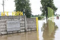 Zatopené fotbalové hřiště AFK Hořín.