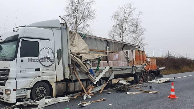Na dálnici D8 havarovala dvě nákladní auta.