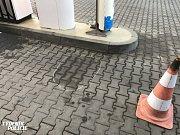 Muž se na benzínce za Prahou polil benzínem.