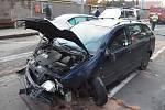 Bezohledný řidič v opilosti bez řidičského oprávnění srazil několik osob a z místa se pokusil utéct.