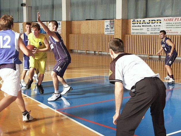 Kolínský pivot Tomáš Svoboda (č. 18) se snaží bránit domácího Petra Petříčka (žlutý dres).