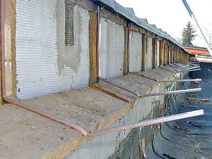 Po žlabech zůstaly na střeše jen zkroucené úchyty