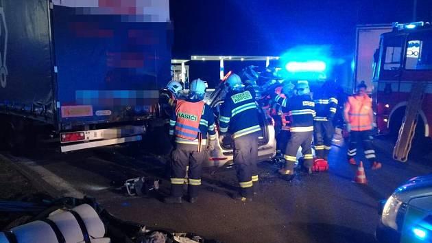 Jednotky Hasičských záchranných sborů Mělník, Kralupy nad Vltavou a HZSP AERO Vodochody zasahovaly u dopravní nehody osobního a nákladního automobilu, která se stala v úterý 6. srpna krátce po půl desáté večer na dálnici D8 km 3 směr Praha v prostoru čerp