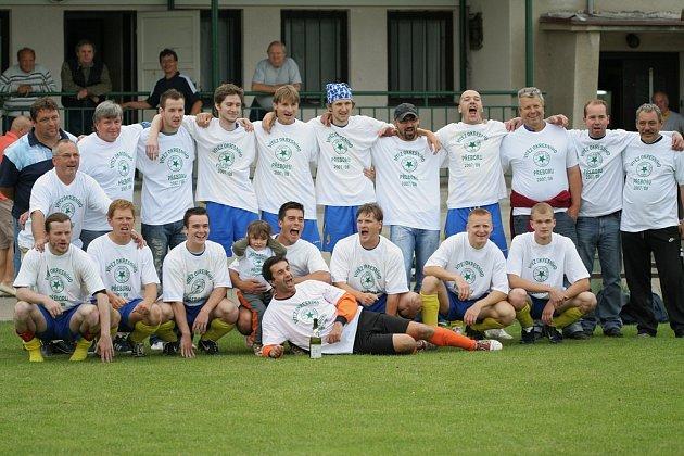 Fotbalisté Tišic oslavili postup do krajské I. B třídy po utkání předposledního kola proti béčku Pšovky