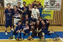POHÁR pro vítěze hlavní kategorie florbalového Kralupy open v letošním  ročníku vybojovali hráči FB Hurrican Karlovy Vary.