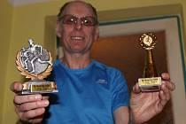 Hlavní pořadatel běhu Pavel Mráček starší odmění běžce pěknými plaketami a poháry.