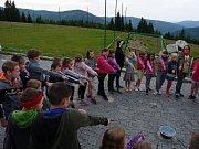 Mělnický Dům dětí a mládeže vyrazil se všemi přihlášenými dětmi do školy čar a kouzel na novopacké boudě v Krkonoších.
