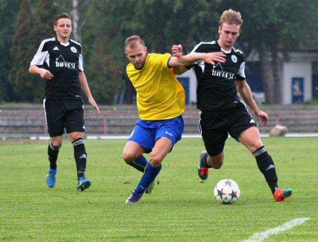 Neratovický Václav Vorasický (ve žlutém) v derby proti Libiši.