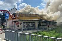 Z požáru výrobny potravin a stravovací provozovny v Kostelci nad Labem 10. července 2021.