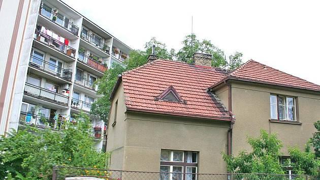 ZATÍMCO  u bytů klesly ceny až o 35 procent, domy si svou hodnotu udržely.  Průměrná cena za rodinný dům se pohybuje mezi dvěma až třemi miliony korun.