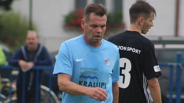 Fotbalisté Kralup (v modrém) porazili na domácím hřišti v rámci pátého kola I. B třídy Kosmonosy B 1:0. Jedinou branku vstřelil po změně stran Matěj Řenč z pokutového kopu.