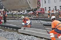 Kolejiště na železničním přejezdu bude nově osazeno gumovými dílci, aby jej vozidla mohla bez velkých nárazů přejet. Na snímku je usazování dílců tělesa.