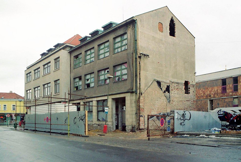 Budovu restaurace Záložna (pravou část) tehdy získala firma Telecom, která ji nechala přestavět na administrativní budovu v roce 1999.
