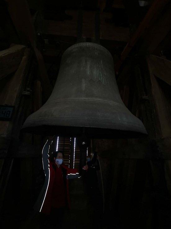 Úderem pondělního poledne rozezněli Mělničtí zvoníci zvony v chrámové věži sv. Petra a Pavla a ve věži evangelického kostela k uctění památky obětí covidu v České republice.