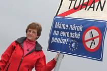 Modrá cedule s těmito pěti slovy se v posledních dnech objevila ve skoro šesti stech vesnicích a městech v celém Česku