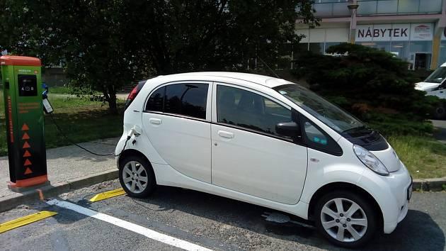 V jednu chvíli se na ni mohou připojit dva elektromobily, pro něž jsou na parkovišti vyhrazena místa v rohu u vjezdu a výjezdu z parkoviště.