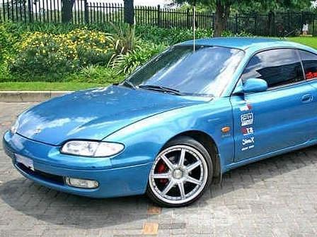 MAZDA MX 6.  V přibližně takovémto voze se chtěl mladík projíždět. Místo toho se teď bojí, že skončí za mřížemi místo za volantem sportovního vozu.