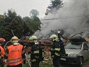 K výbuchu, patrně tlakové lahve, došlo krátce po sedmé hodině ranní. Dům se následně vznítil.
