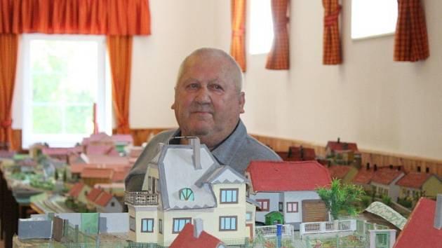 Všechno to začalo před lety, když chtěl syn Sklenářových vědět, kde a jak táta hrával v Olovnici fotbal. Dnes má František Sklenář postaveny tři čtvrtiny celé obce.