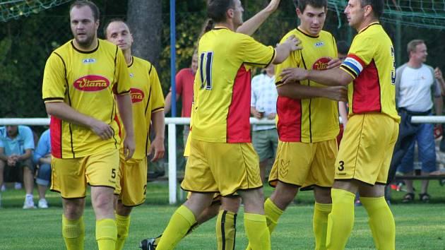 BYŠICKÝ kapitán Petr Proksch (vpravo) si na podzim se svými spoluhráči příliš fotbalové radosti neužil.