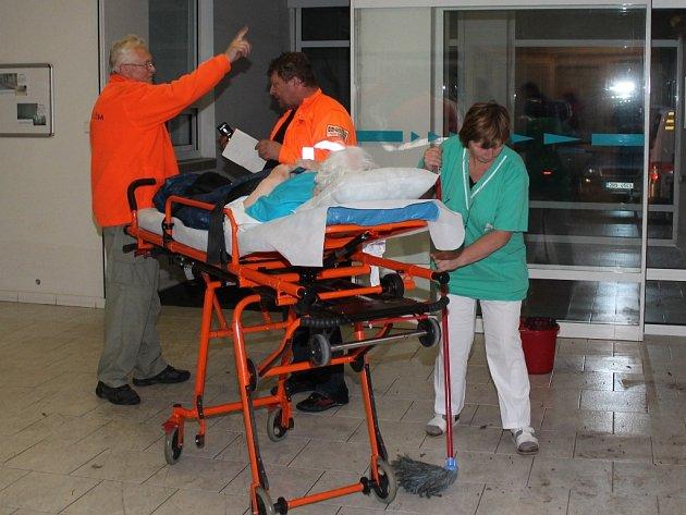Nedělní večerní evakuace pacientů kralupské nemocnice.
