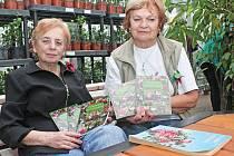 Jarmila Hrubá (nalevo) v Mělníku pokřtila druhé vydání svého Povídání o fuchsiích.