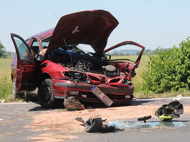 Nehoda, střet osobního a nákladního vozu.