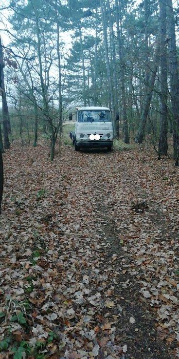 Kradené pracovní stroje zloději ukrývali v lese.