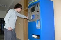 Poplatky v Mělníku zatím lidé hradí v pokladnách. Na automaty si musejí pacienti ještě počkat.
