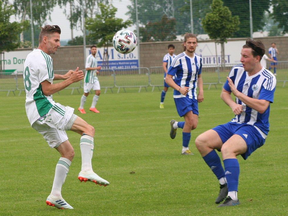 Fotbalisté Sokola Libiš (v bílomodrém) v přátelském utkání na svém hřišti podlehli třetiligovému Sokolu Hostouň 2:4.