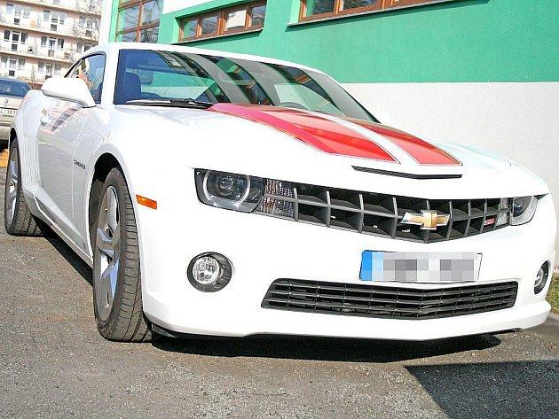 AMERICKÁ klasika Chevrolet Camaro, který o víkendu zmizel z autosalonu v centru Prahy, už čeká v areálu mělnického policejního ředitelství na svého majitele.