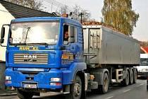 NÁKLAĎÁKY. Mělník stejně jako Kralupy nad Vltavou zbaví silného provozu až stavba obchvatu.