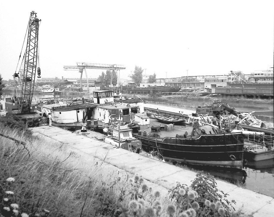 Loď Dukla před odstrojením v přístavu — v Mělníku 1986