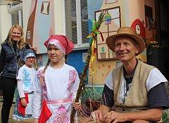 Jarmark v Kralupech, který otevřel velikonoční výstavu v prvním patře Domu dětí a mládeže, zpestřily svým vystoupením malé tanečnice.