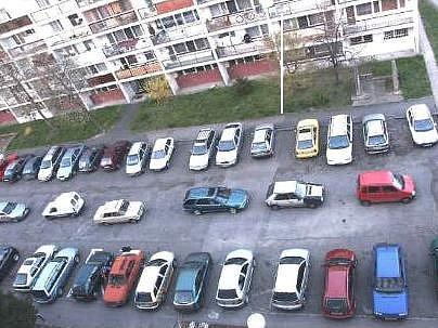 Na sídlišti V Zátiší nechávají řidiči svá auta i podélně  uprostřed parkovišť, což  může bránit  bezpečnému výjezdu z kolmých stání.