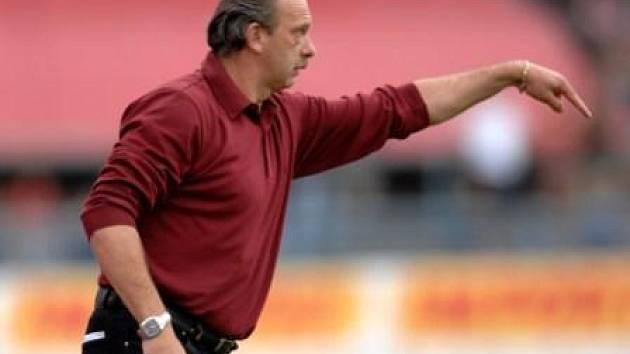 Stanislav Levý udílí pokyny na lavičce prvoligové Plzně v utkání se Spartou Praha.