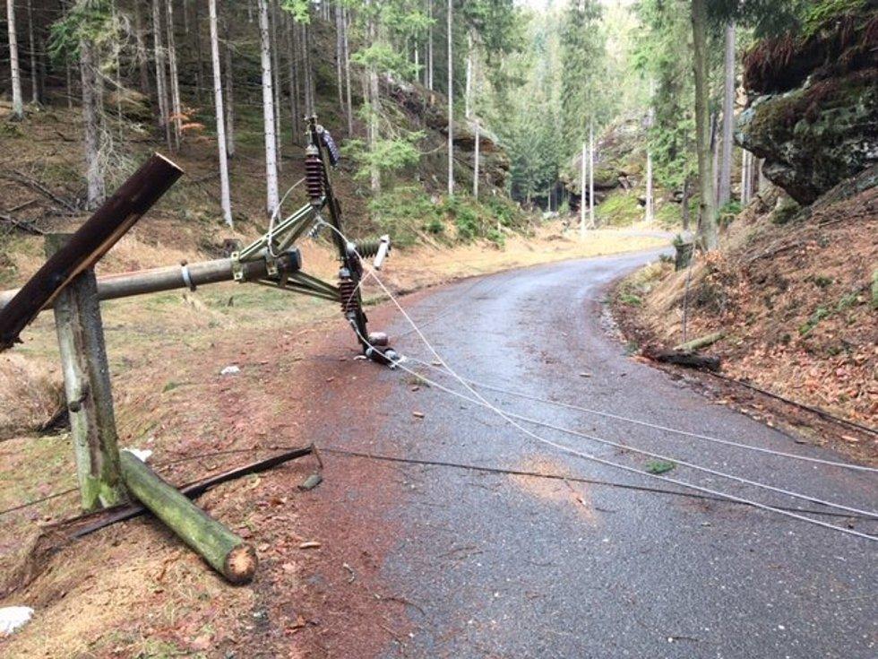 Společnost ČEZ Distribuce, která po nedělní vichřici Eberhard vyhlásila kalamitní stav v 11 krajích včetně středních Čech, ve čtvrtek zveřejnila fotografie z terénu dokumentující následky řádění silného větru.