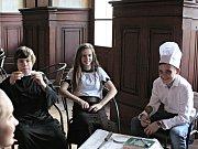 Během soboty potkávali v zámeckých prostorách návštěvníci liběchovské skauty v kostýmech.