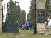 Filmaři na hořínském hřbitově.