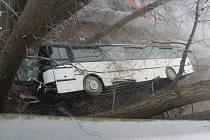 Nehoda autobusu na silnici I/16 před kruhovým objezdem u Nového mostu v Mělníku.