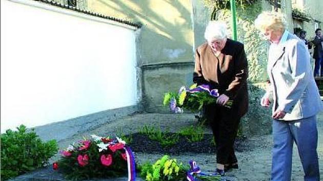 Na pomník byly položeny květiny.