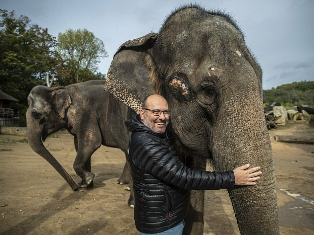 Ředitel Zoo Praha Miroslav Bobek při fotografování pro Deník 6.října vpražské Zoo.