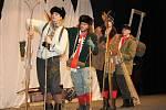 Z divadelního představení Dobytí severního pólu v podání Veslařského amatérského divadelního spolku z Neratovic.