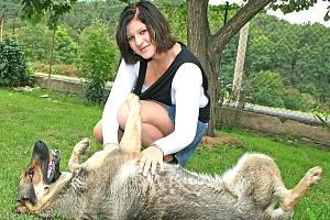 Na zahradě si Veronika Langrová ráda hraje se svou fenkou německého ovčáka Elzou.