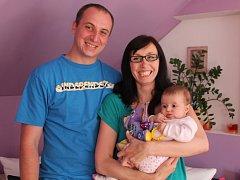 Karolínka Chudobová s rodiči Ingrid Neumannovou a Martinem Chudobou.