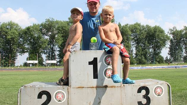 Michala Sokola na závodech podporuje čtyřletý Matěj (zleva) a o dva roky starší Jakub.