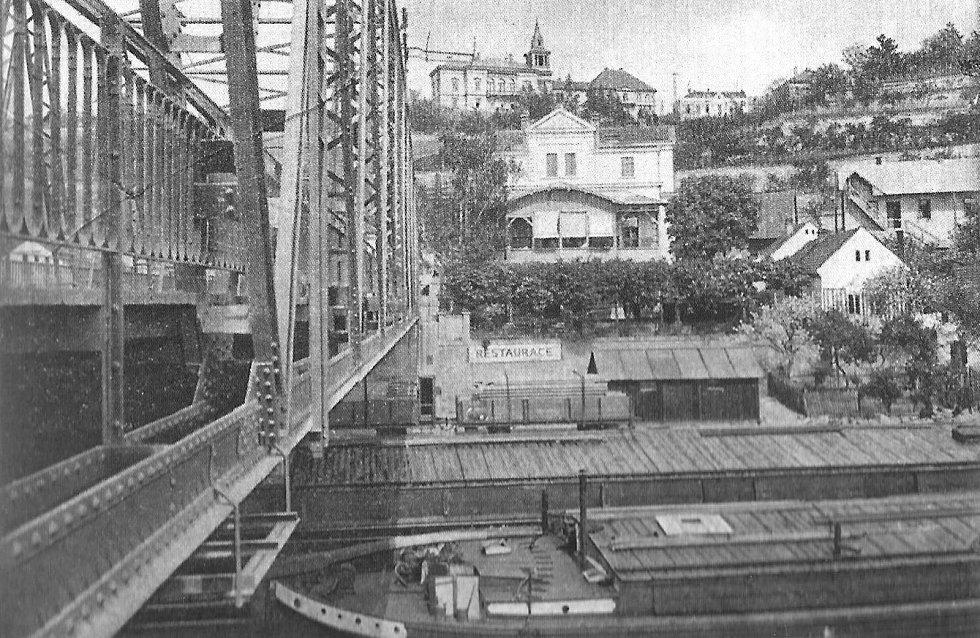 Rybáře v roce 1925. Hostinec U Hanušů sloužil hlavně turistům z výletních lodí, říční přístav byl hned pod mostem. Nahoře na kopci je vila Julie, kterou rovněž nechal postavit J. Viktorin v roce 1889 podle projektu arch. Josefa Schulze.